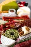 传统意大利开胃小菜,切板用蒜味咸腊肠,冷的熏制的肉,熏火腿,火腿,乳酪,橄榄,雀跃 库存照片