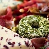 传统意大利开胃小菜,切板用蒜味咸腊肠,冷的熏制的肉,熏火腿,火腿,乳酪,橄榄,雀跃 免版税库存图片