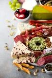 传统意大利开胃小菜,切板用蒜味咸腊肠,冷的熏制的肉,熏火腿,火腿,乳酪,橄榄,雀跃 免版税库存照片