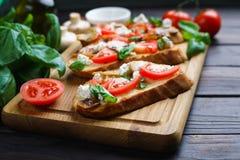 传统意大利开胃小菜bruschetta用切好的蕃茄, 免版税库存图片