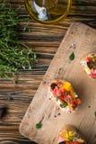 传统意大利开胃菜、bruschetta用酸奶干酪和菜 库存图片