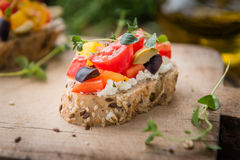 传统意大利开胃菜、bruschetta用酸奶干酪和菜 免版税图库摄影