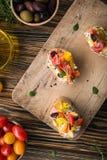 传统意大利开胃菜、bruschetta用酸奶干酪和菜 免版税库存照片