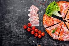传统意大利比萨用无盐干酪乳酪,火腿,蕃茄 免版税库存照片