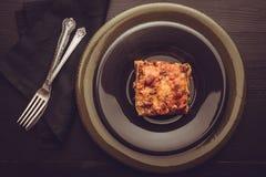 传统意大利烤宽面条用剁碎的牛肉、西红柿酱和G 免版税库存图片