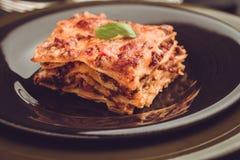 传统意大利烤宽面条用剁碎的牛肉、西红柿酱和G 库存照片