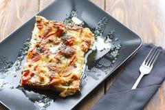 传统意大利烤宽面条用剁碎的牛肉博洛涅塞调味汁,顶视图 免版税库存图片