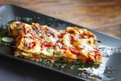 传统意大利烤宽面条用剁碎的牛肉博洛涅塞调味汁,顶视图 免版税图库摄影