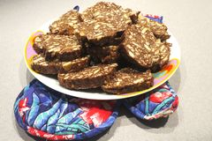传统意大利甜点切的巧克力蒜味咸腊肠 免版税库存图片