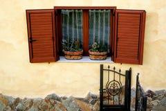 传统意大利窗口在撒丁岛 免版税库存图片