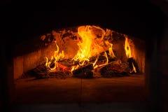 传统意大利薄饼烤箱、灼烧的木头和火焰在firep 免版税库存图片