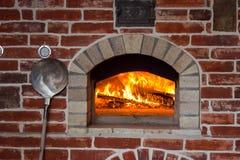 传统意大利薄饼烤箱、灼烧的木头和火焰在firep 免版税图库摄影