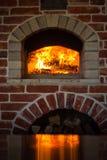 传统意大利薄饼烤箱、灼烧的木头和火焰在firep 图库摄影