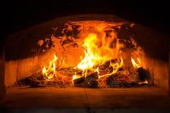 传统意大利薄饼烤箱、灼烧的木头和火焰在firep 免版税库存照片
