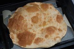 传统意大利语Focaccia用香料和罗斯玛丽-自创平的面包Focaccia 库存照片
