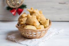 传统意大利面包店产品叫Pettole,tipical apulian油炸食品 免版税库存图片