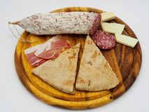 传统意大利torta Al testo和蒜味咸腊肠 免版税库存照片