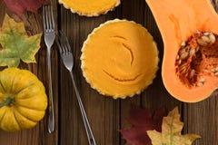 传统感恩点心 打开南瓜饼供食与b 库存照片