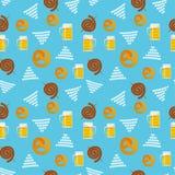 传统慕尼黑啤酒节食物的无缝的平的样式 慕尼黑啤酒节啤酒节日象 慕尼黑啤酒节标志:杯子,快餐,椒盐脆饼, 免版税库存照片