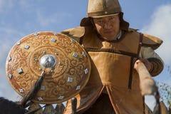 传统战争成套装备的哈萨克人人有一支矛的在他的手上,在哈萨克人国民比赛展示  图库摄影