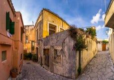 传统房子和老大厦在Archanes,伊拉克利翁,克利特村庄  免版税图库摄影