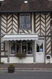 传统房子在Beuvron en Auge中世纪村庄在诺曼底法国 免版税库存图片