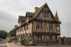 传统房子在Beuvron en Auge中世纪村庄在诺曼底法国 免版税图库摄影