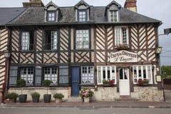 传统房子在Beuvron en Auge中世纪村庄在诺曼底法国 免版税库存照片