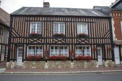 传统房子在Beuvron en Auge中世纪村庄在诺曼底法国 库存照片