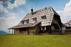 传统房子的山 免版税库存图片