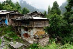 传统房子的门面老Manali的在印度 免版税库存图片