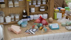 传统手工制造葡萄牙肥皂,香水和润湿提取乳脂,自然产品待售阿尔加威,葡萄牙 库存照片