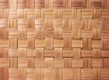 传统手工造织法样式背景 被编织的竹表面纹理与帆布篮的 免版税库存照片