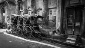 传统手拉扯了在街道上的印度人力车  免版税库存图片