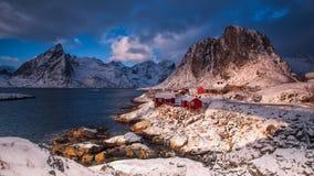 传统挪威渔夫` s客舱, rorbuer,在海岛上 库存照片
