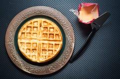 传统斯堪的纳维亚样式奶蛋烘饼在一块土气板材服务 免版税库存照片
