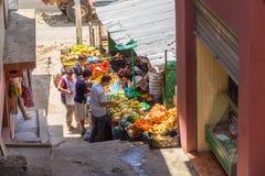 传统无背长椅市场在Kruja,民族英雄斯甘德伯,阿尔巴尼亚诞生镇  免版税库存照片