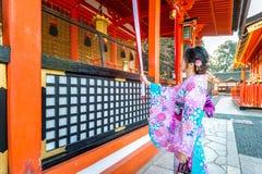 传统日本和服的妇女在Fushimi Inari在京都,日本祀奉 免版税库存图片