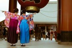 传统日本妇女在摆在Senso籍寺庙, Asaukusa,东京,日本入口的和服穿戴了  免版税库存照片