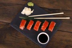 传统日本寿司-普遍的食物在世界上 免版税图库摄影
