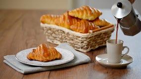 传统早餐用新鲜的新月形面包和咖啡 股票视频