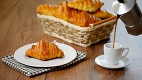 传统早餐用新鲜的新月形面包和咖啡 影视素材