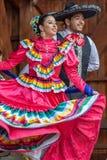 传统服装的墨西哥舞蹈家 库存照片