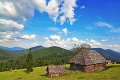 传统木房子在山和森林。 免版税库存照片
