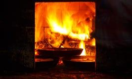 传统木炭小圆面包被做在开火在一个小屋的铁平底锅在火炉里面 库存照片