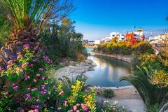 传统村庄Sisi,克利特老港口的一个好的春天视图  库存图片