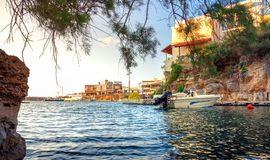 传统村庄Sisi,克利特老港口的一个好的春天视图  库存照片