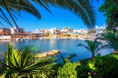 传统村庄Sisi,克利特老港口的一个好的春天视图  图库摄影