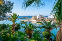 传统村庄Sisi,克利特老港口的一个好的春天视图  免版税库存照片