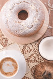 传统椰子蛋糕和一个杯子牛奶用咖啡|祖母蛋糕 免版税库存照片